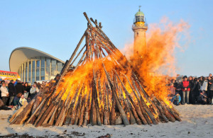 Das Osterfeuer am Strand von Warnemünde. Foto: Joachim Kloock