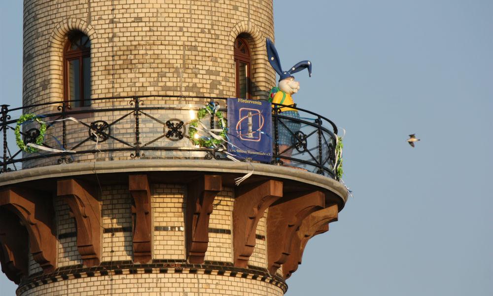 Der Osterhase auf dem Leuchtturm Warnemünde. Foto: Martin Schuster