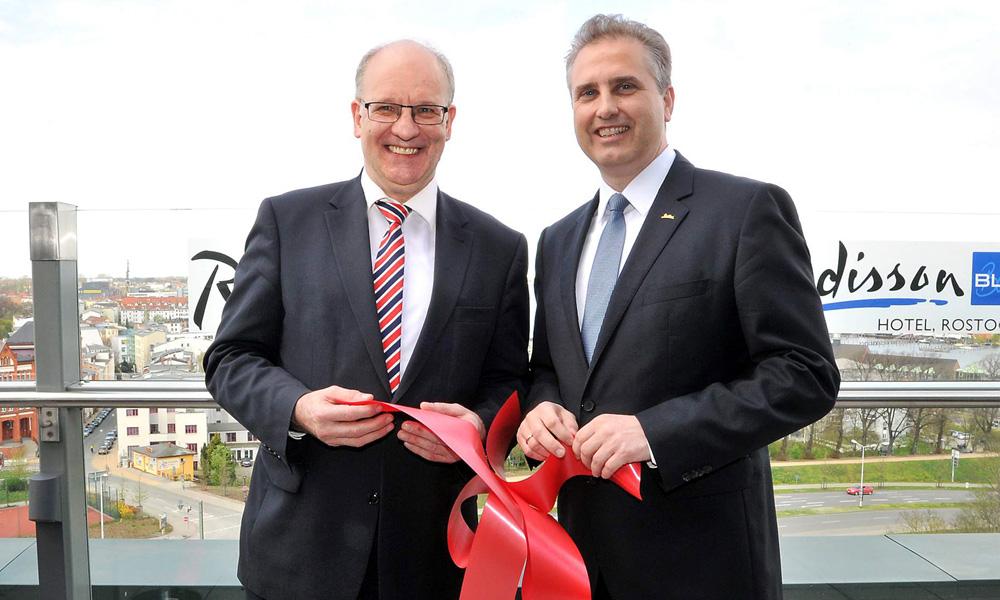 Norbert Huemer eröffnet zusammen mit Oberbürgermeister Roland Methling das Panoramadeck des Radisson in Rostock. Foto: Joachim Kloock