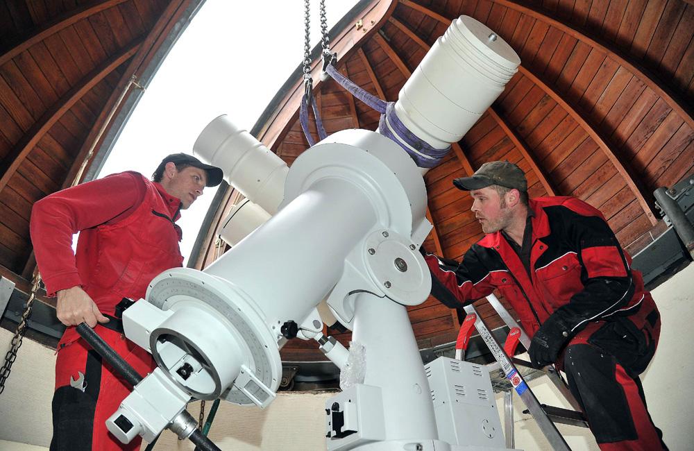Die Monteure Enrico Müller und Mark Frohne von der Firma 4 H Jena Engineering GmbH beim Einbau des Teleskops in der Sternwarte Rostock. Foto: Joachim Kloock