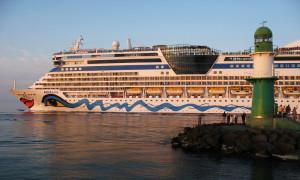 AIDAbella passiert die Molenköpfe im Kreuzfahrthafen Warnemünde