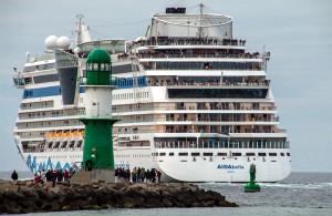 AIDAbella verlässt den Kreuzfahrthafen Warnemünde. Foto: Jens Schröder