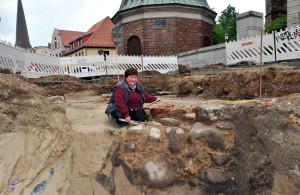 Grabungsassistentin Petra Kohl bei Vermessungsarbeiten an den alten Fundamenten. Foto: Joachim Kloock