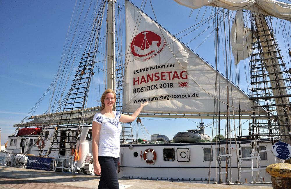 Grafik-Designerin Anke Luckmann aus Hamburg präsentierte ihr Logo für den Internationalen Hansetag 2018 in Rostock. Foto: Joachim Kloock