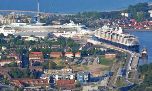Luftaufnahme der Kreuzfahrtschiffe Norwegian Star und Eurodam am 20. Mai 2014 in Warnemünde. Foto: Manfred Sander