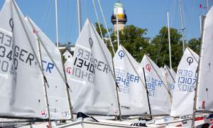 Optimisten-Segelboote im Yachthafen Warnemünde. Foto: Martin Schuster