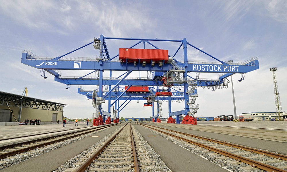 Die beiden neuen KV-Portalkräne im Überseehafen Rostock. Foto: Rostock Port/Nordlicht