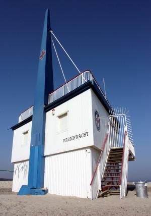 Rettungsturm der Wasserwacht in Warnemünde. Foto: Martin Schuster