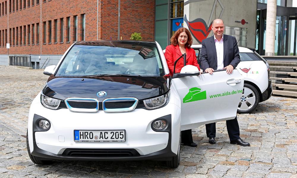 Michael Ungerer und Monika Griefahn nehmen erste Elektroautos in Empfang. Foto: AIDA Cruises