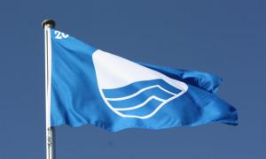 Blaue Flagge am Strand in Warnemünde. Foto: Martin Schuster