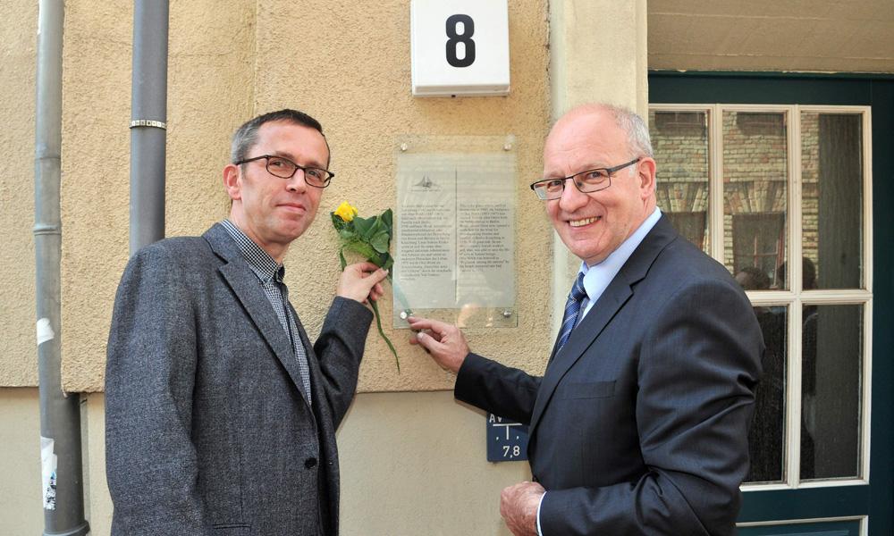 Oberbürgermeister Roland Methhling und Holger Kiesling (Leiter des Max-Samuel-Hauses) weihen die Erinnerungstafel an der Wollenweberstraße 8 ein. Foto: Joachim Kloock
