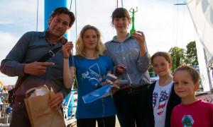 Ené Slawow überreichte Pauline Schranck (2. von links) eine unikate Esperanza-Skulptur zur Bootstaufe. Foto: Jens Schröder