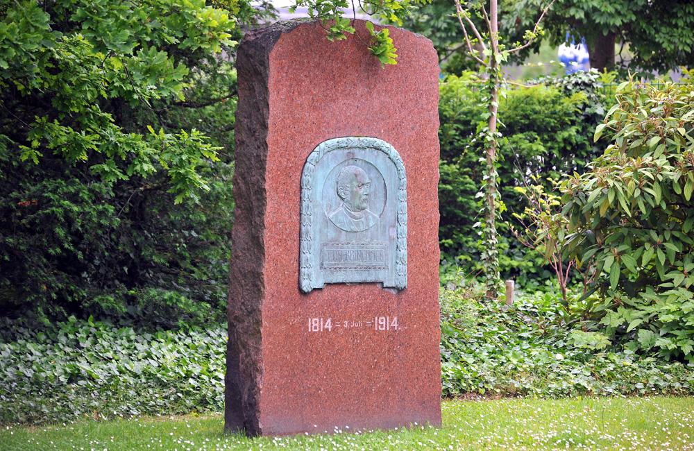 Gedenkstein mit Bronzerelief von John Brinckman im Kurpark Warnemünde. Foto: Joachim Kloock