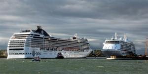 MSC Poesia und Seven Seas Voyager zum Vierfachanlauf in Warnemünde. Foto: Jens Schröder