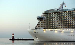Royal Princess verlässt den Kreuzfahrthafen Warnemünde