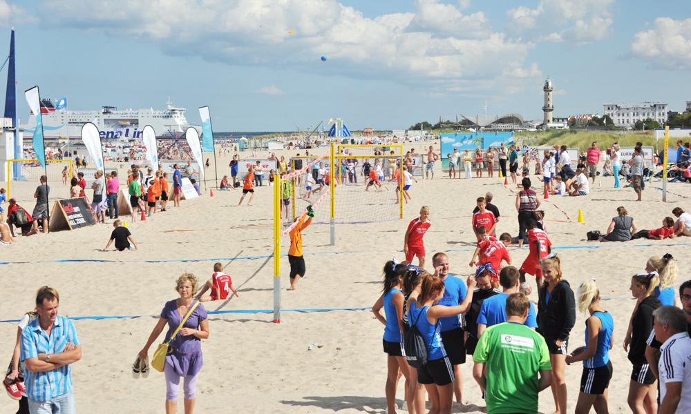 Beachsoccer, Beachhandball, Aerobic und mehr gibt es am Sportstrand Warnemünde zu erleben. Foto: Joachim Kloock
