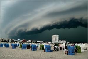 Ein Unwetter zog zu Pfingsten über Warnemünde auf und entlud sich anschließend. Foto: Thomas Deter