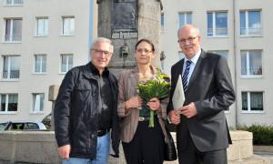 Karl Scheube (Ortsbeirat Brinckmansdorf), Bildhauerin Anne Sewcz und Oberbürgermeister Roland Methling weihten die Plakette am John-Brinckman-Brunnen ein. Foto: Joachim Kloock
