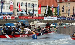 Beim 19. Drachenbootfestival in Warnemünde lieferten sich die Teams spannende Rennen auf dem Alten Strom. Foto: Martin Schuster