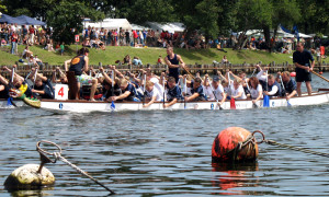 Drachenbootrennen auf dem Alten Strom in Warnemünde. Foto: Martin Schuster