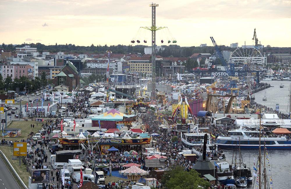 Die Bummelmeile mit thematischen Märkten und Musik im Stadthafen, Foto: Hanse Sail Rostock