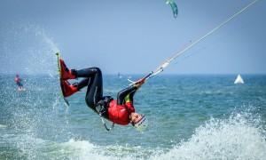 Freestyle-Sprung von Kitesurfer Jakob Kiebler. Foto: Marc Metzler, Brand Guides