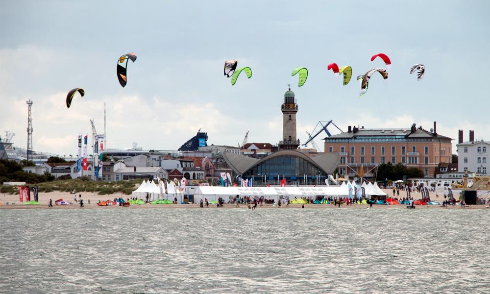 Die Kitesurf-Trophy bot ein buntes Bild vor dem Warnemünder Strand. Foto: Pepe Hartmann