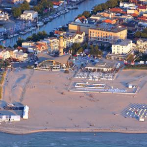 Die 77. Warnemünder Woche von oben: Ein herrlicher Blick auf den Yachthafen, die Bühne am Leuchtturm und die Beach & Sport Arena. Foto: Manfred Sander
