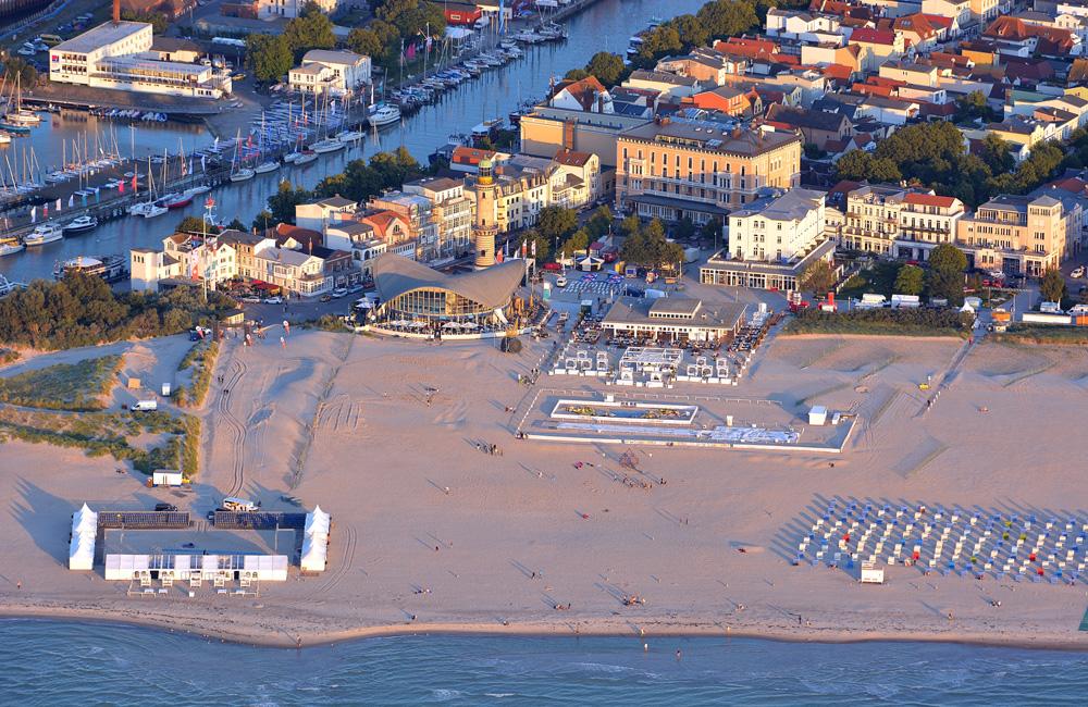 Warnemünde von oben: Ein herrlicher Blick auf den Yachthafen, den Alten Strom, Leuchtturm und Strand. Foto: Manfred Sander