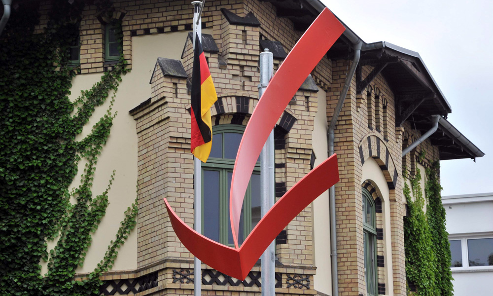 Roter Pfeil in der Warnemünder Kirchenstraße. Foto: Joachim Kloock