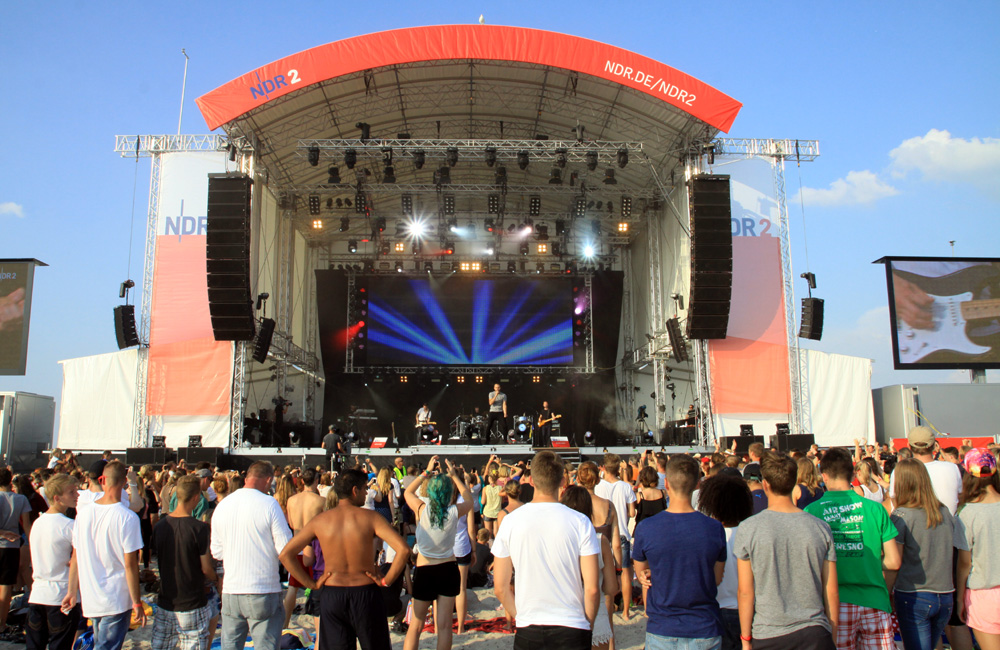 NDR-Bühne bei stars@ndr2 am Strand von Warnemünde. Foto: Andreas Kröppelien