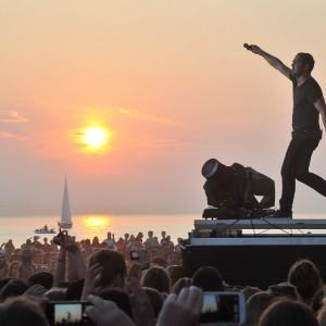 Traumkulisse: Bosse singt bei stars@ndr2 in Warnemünde vor dem Sonnenuntergang. Foto: Joachim Kloock