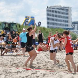 Spannende Spiele beim 20. Beachhandballturnier zur 77. Warnemünder Woche am Strand von Warnemünde. Foto: Klaus-Dieter Block