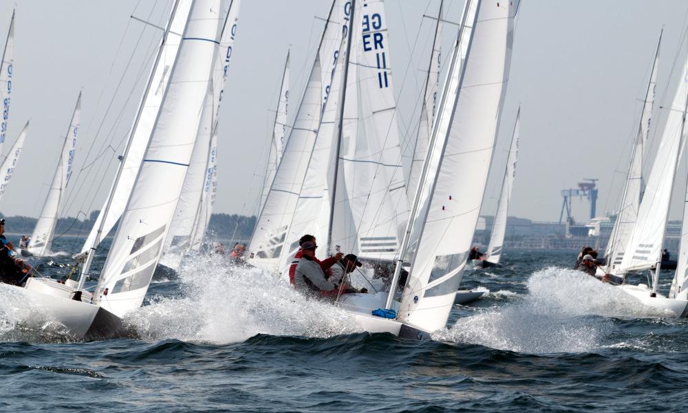 Die Drachen durchpflügen die Wellen bei ihrer Internationalen Deutschen Meisterschaft. (Foto: Pepe Hartmann)
