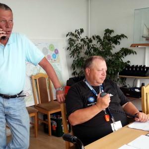 Zwei Berliner unter sich: Hauptwettfahrtleiter Robert Niemczewski (links) leitet erstmals die 77. Warnemünder Woche aus dem Lagezentrum in Warnemünde, sein Kollege Rainer Arlt unterstützt ihn dabei. Foto: Martin Schuster