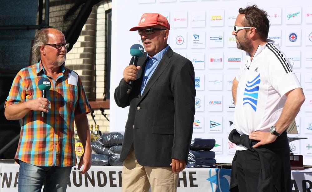 Siegerehrung hanseboot Rund Bornholm mit Jörg Bludau, WSC-Vorsitzender Jürgen Bohn und adidas Botschafter Tim Kröger. Foto: Martin Schuster