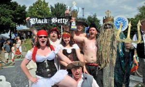 Den Pokal beim 27. Warnemünder Waschzuberrennen holte sich die Black Betty. Foto: Joachim Kloock
