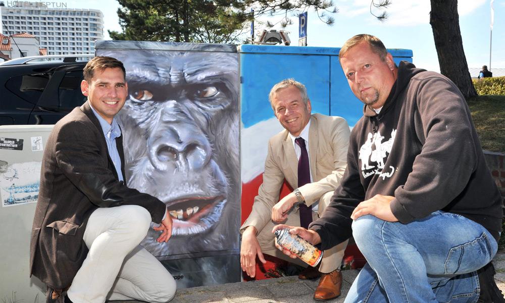 René Gottschalk, Thomas Schneider und Profikünstler Christian Hölzer gaben in Warnemünde den Startschuss für eine bislang einzigartige Kooperation. Foto: Joachim Kloock