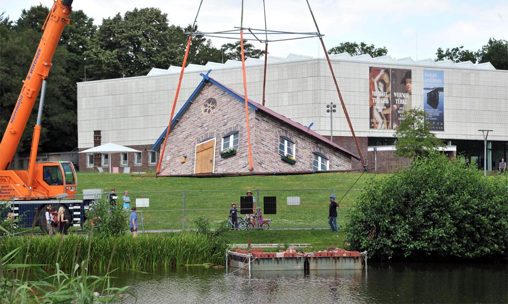 Atlantis-Kunstwerk von Tea Mäkipää wird vor der Kunsthalle Rostock zu Wasser gelassen. Foto: Joachim Kloock