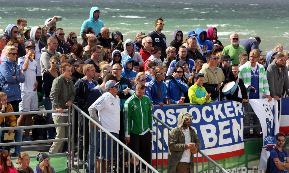 Marteria unter den Fans der Rostocker Robben. Foto: Martin Schuster