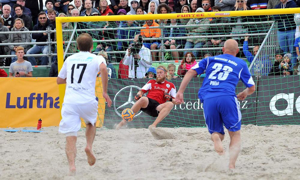 Finale des DFB-Beachsoccer-Cups 2014 am Strand von Warnemünde. Foto: Joachim Kloock