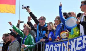 Lautstarke Fans der Rostocker Robben. Foto: Joachim Kloock