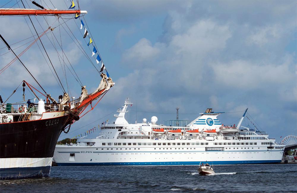 Segelschulschiff Sedov trifft Kreuzfahrtschiff Delphin in Warnemünde. Foto: Lutz Zimmermann / Hanse Sail Rostock