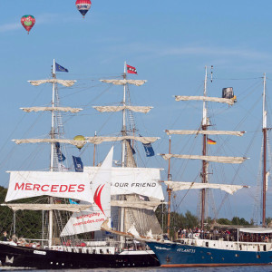 Heißluftballons überfliegen zur 24. Hanse Sail 2014 den Rostocker Stadthafen. Foto: Lutz Zimmermann / Hanse Sail Rostock