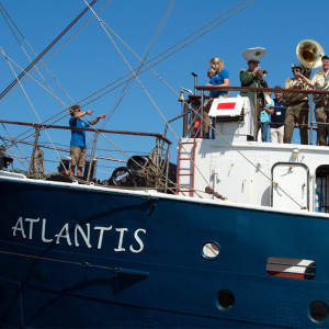 Traditionssegler Atlantis mit Kapelle an Bord. Foto: Lutz Zimmermann / Hanse Sail Rostock