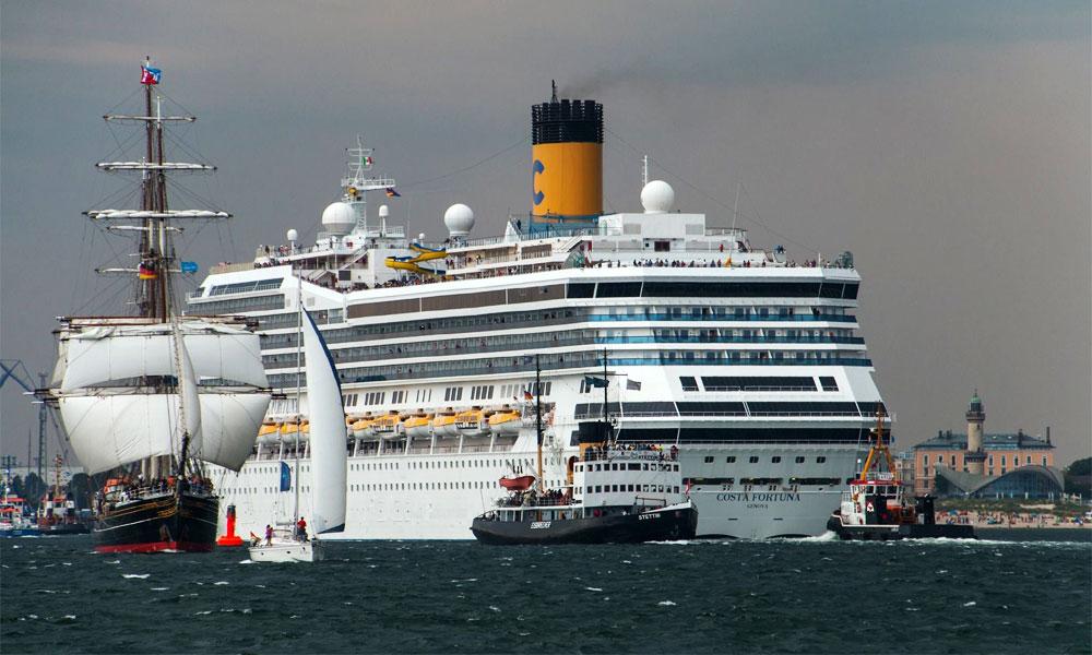 Costa Fortuna trifft auf Traditionssegler und Museumsschiffe. Foto: Jens Schröder
