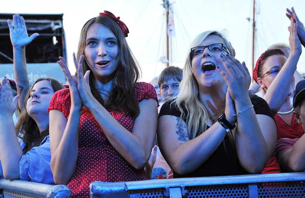 Begeisterte Fans vor der NDR-Bühne im Stadthafen bei 24. Hanse Sail 2014. Foto: Joachim Kloock