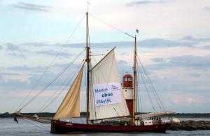"""Traditionssegler """"Lovis"""" segelte für die Aktion Meer ohne Plastik auf der Ostsee. Foto: Jens Schröder"""