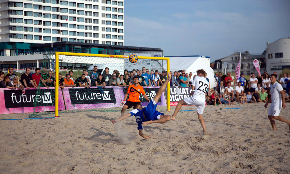 Akrobatischer Fallrückzieher im Ligafinale in Warnemünde. Foto: Baltic Foto