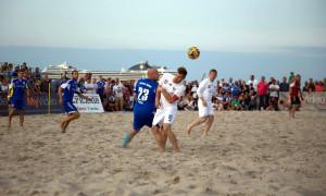 Fußball am Strand mit einer tollen Kulisse in Warnemünde. Foto: Baltic Foto